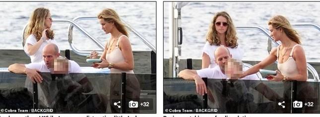 'Người vận chuyển' và bạn gái mặc áo tắm gợi cảm, ôm hôn tình tứ trên du thuyền ảnh 10