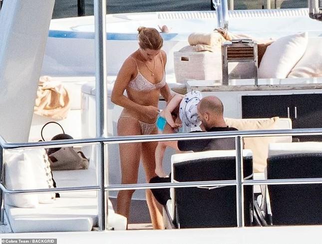Bạn gái 'Người vận chuyển' khoe dáng đẹp như tạc tượng với bikini ảnh 8