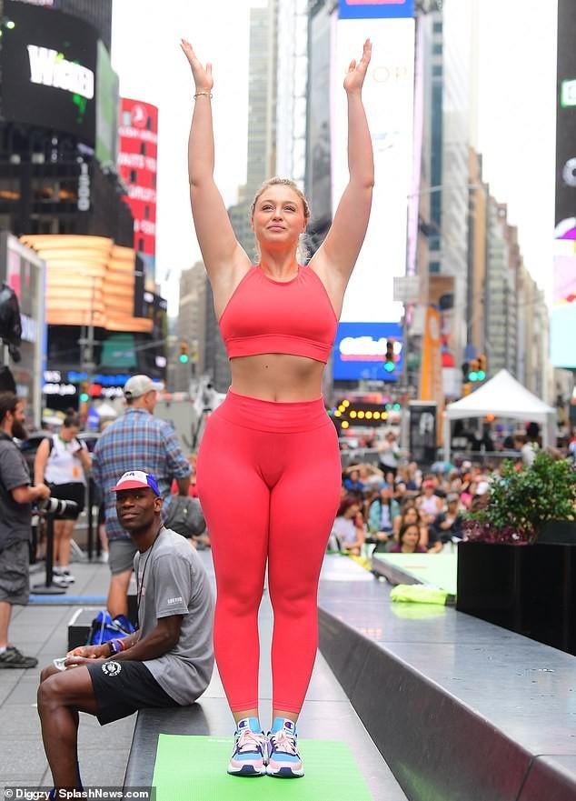 Siêu mẫu ngoại cỡ Iskra Lawrence mặc ôm sát gợi cảm, tập yoga trên phố ảnh 1