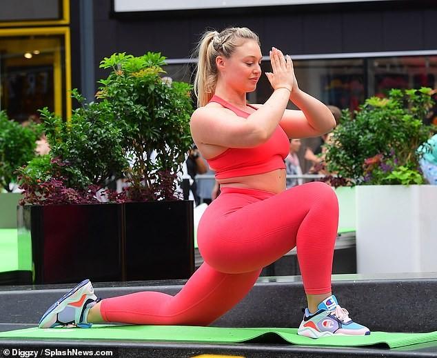 Siêu mẫu ngoại cỡ Iskra Lawrence mặc ôm sát gợi cảm, tập yoga trên phố ảnh 3