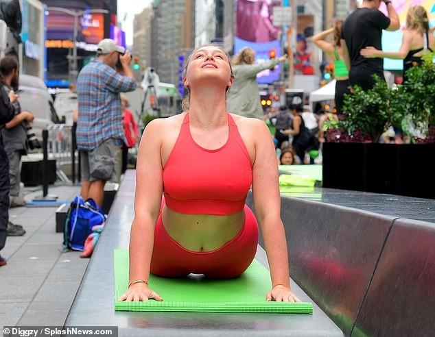 Siêu mẫu ngoại cỡ Iskra Lawrence mặc ôm sát gợi cảm, tập yoga trên phố ảnh 4