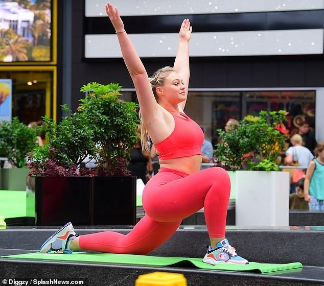 Siêu mẫu ngoại cỡ Iskra Lawrence mặc ôm sát gợi cảm, tập yoga trên phố ảnh 5
