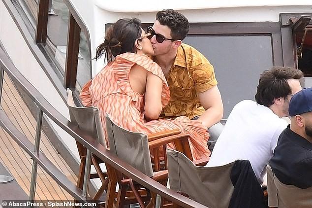 Hoa hậu Priyanka Chopra đắm đuối ôm hôn chồng kém 10 tuổi trên phố ảnh 11