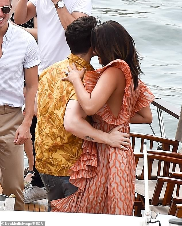 Hoa hậu Priyanka Chopra đắm đuối ôm hôn chồng kém 10 tuổi trên phố ảnh 7