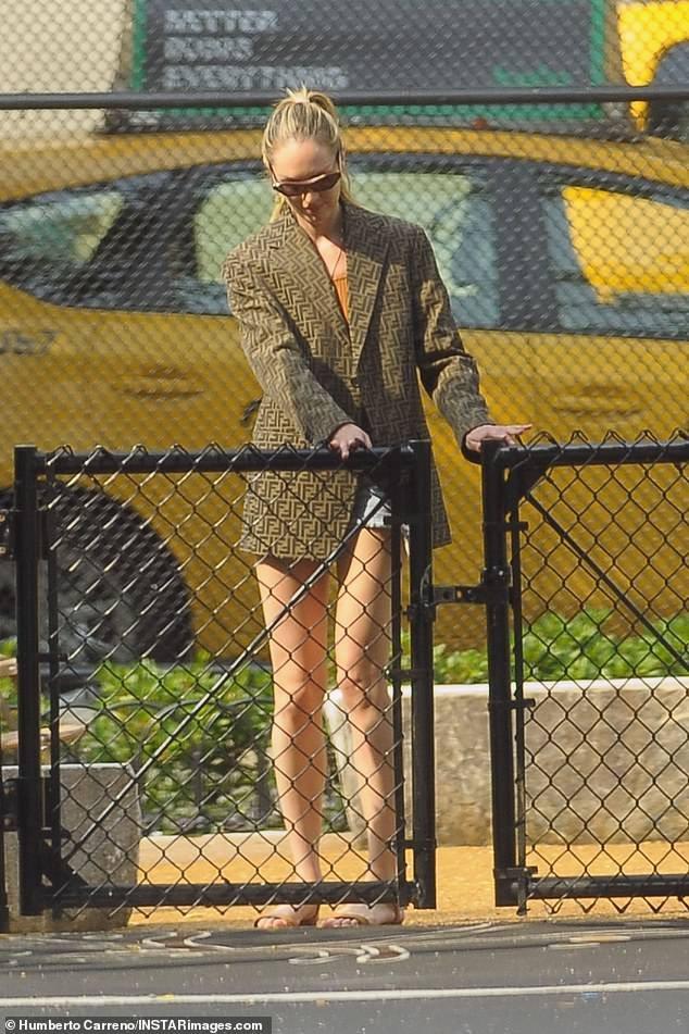 Candice Swanepoel tung ảnh bán nude khoe vóc dáng nuột nà gợi cảm ảnh 7