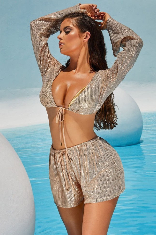 Ba vòng 'bỏng rẫy' của 'Kim Kardashian nước Anh' khiến quý ông phải thổn thức ảnh 15