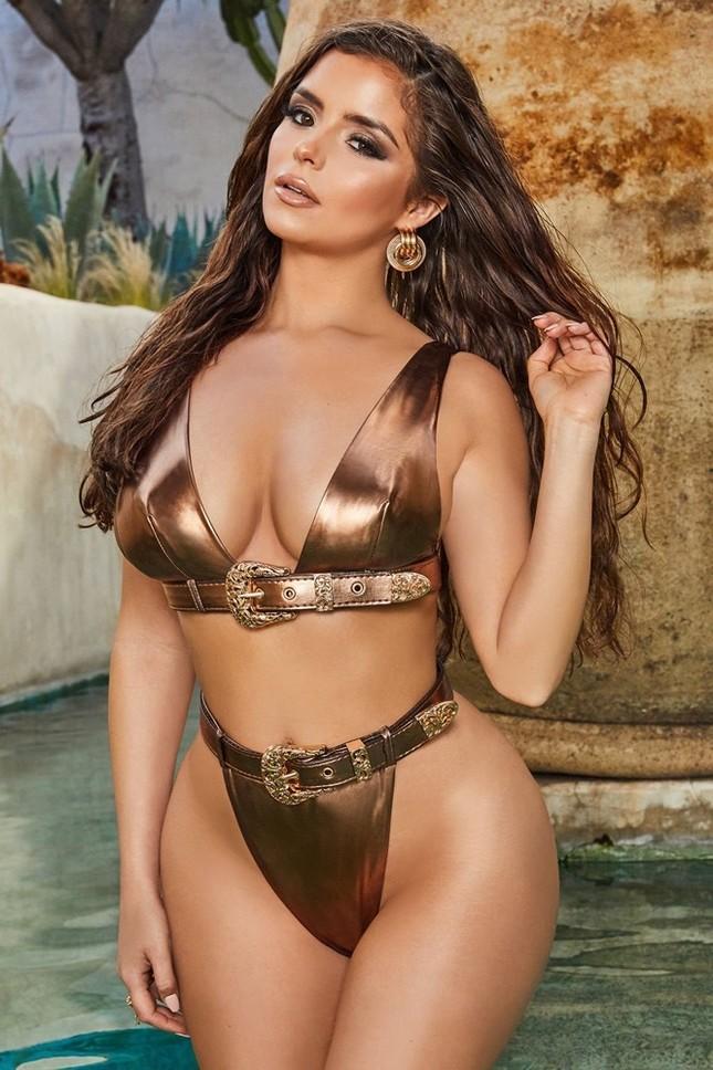 'Kim Kardashian nước Anh' khoe vòng 1 ngoại cỡ với mốt không áo ngực ảnh 9