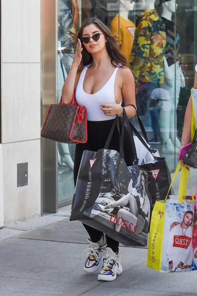 'Kim Kardashian nước Anh' khoe vòng 1 ngoại cỡ với mốt không áo ngực ảnh 2
