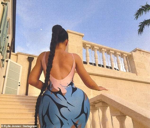 Em gái tỷ phú của Kim Kardashian khoe 3 vòng 'bỏng rẫy' gây choáng váng ảnh 1