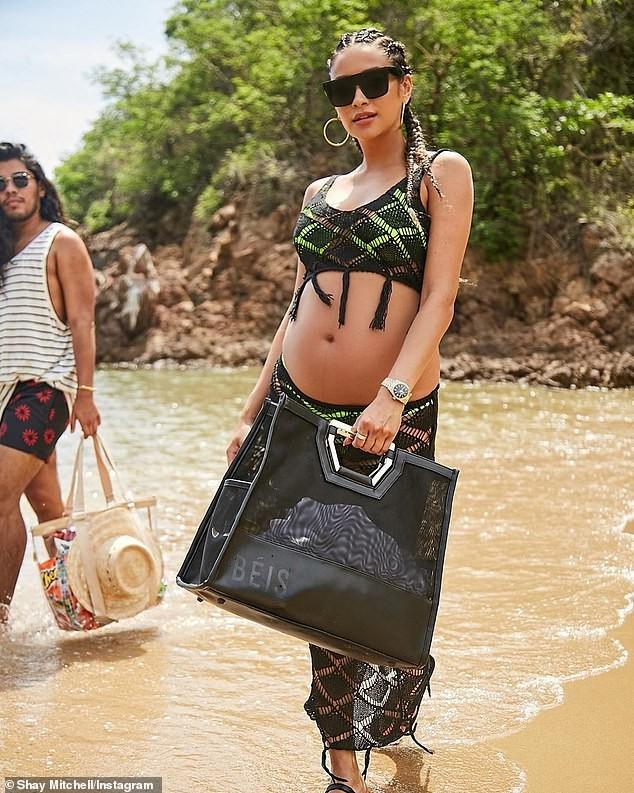 Shay Mitchell bụng bầu 7 tháng vẫn chụp ảnh bikini 2 mảnh quyến rũ ảnh 6