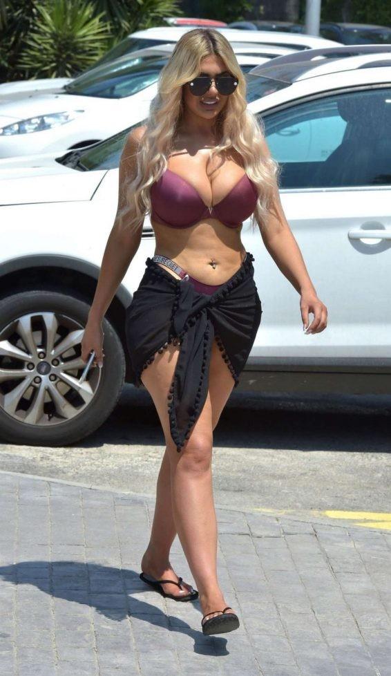 Chloe Ferry mặc bộ đồ ôm sát khoe vòng 1 và vòng 3 ngoại cỡ ảnh 5