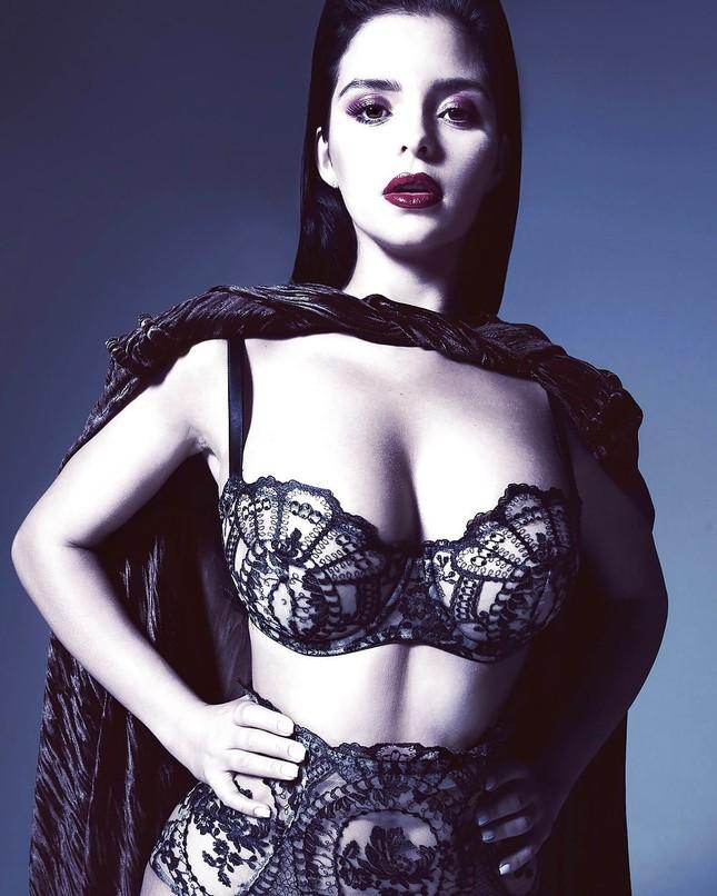 'Kim Kardashian nước Anh' chụp ảnh khoả thân, khoe đường cong 'chết người' ảnh 7