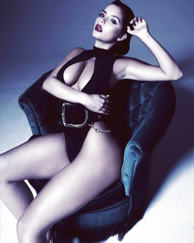 'Kim Kardashian nước Anh' chụp ảnh khoả thân, khoe đường cong 'chết người' ảnh 8