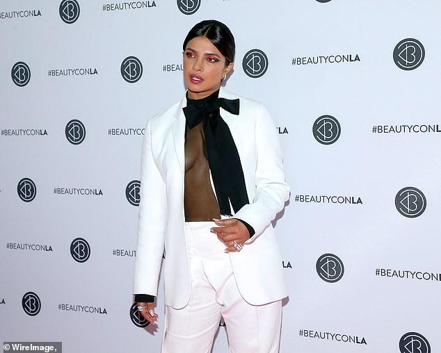 Hoa hậu Priyanka Chopra khoe ngực đầy nóng bỏng với phong cách không nội y ảnh 1