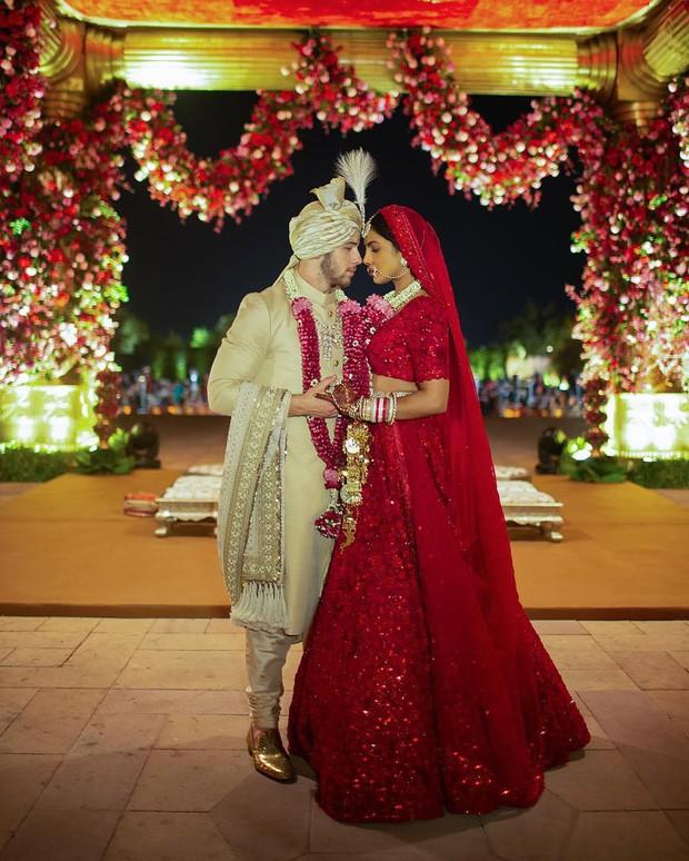 Hoa hậu Priyanka Chopra khoe ngực đầy nóng bỏng với phong cách không nội y ảnh 5