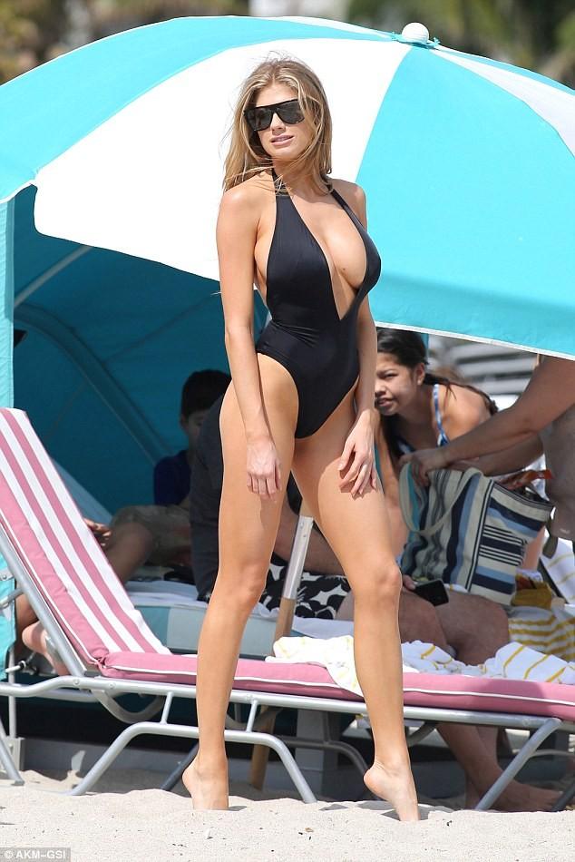 Chân dài 9x Charlotte McKinney quyến rũ mê đắm trên biển ảnh 8