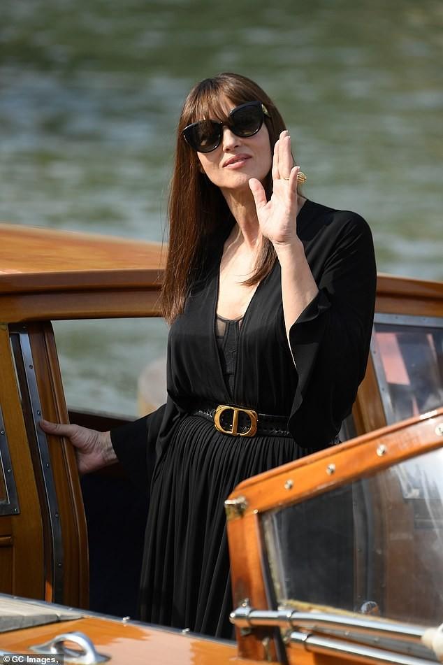 'Tượng đài nhan sắc Ý' Monica Bellucci siêu gợi cảm với áo cổ sâu buông lơi ảnh 6