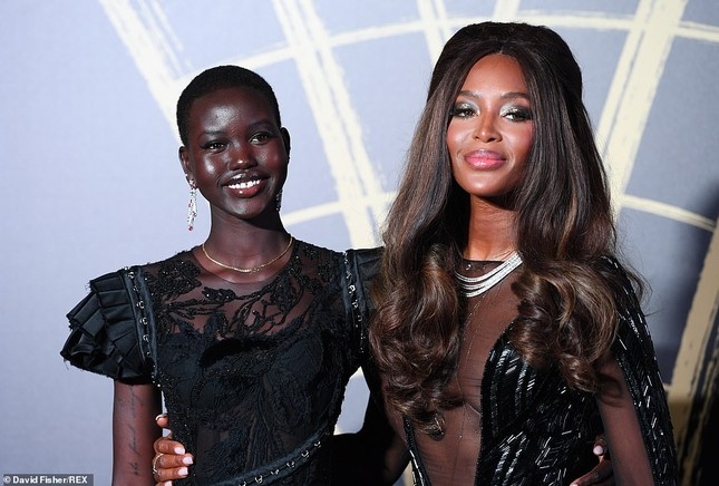 'Báo đen' huyền thoại Naomi Campbell mặc như không ở tuổi 49 gây choáng váng ảnh 4