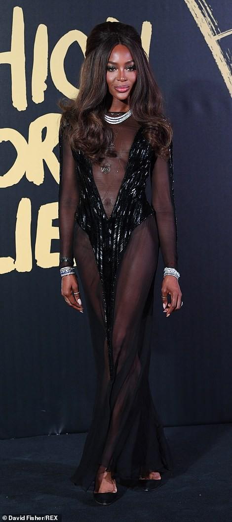 'Báo đen' huyền thoại Naomi Campbell mặc như không ở tuổi 49 gây choáng váng ảnh 1