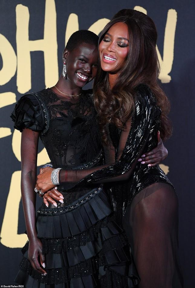 'Báo đen' huyền thoại Naomi Campbell mặc như không ở tuổi 49 gây choáng váng ảnh 5