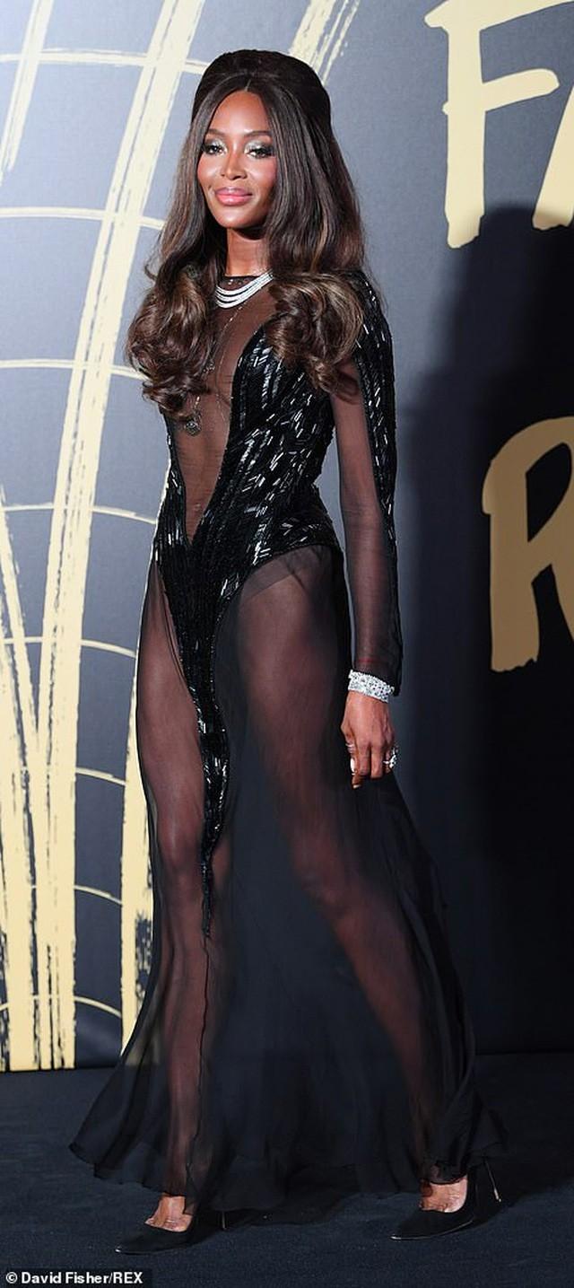 'Báo đen' huyền thoại Naomi Campbell mặc như không ở tuổi 49 gây choáng váng ảnh 2