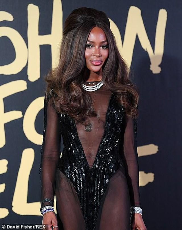 'Báo đen' huyền thoại Naomi Campbell mặc như không ở tuổi 49 gây choáng váng ảnh 3