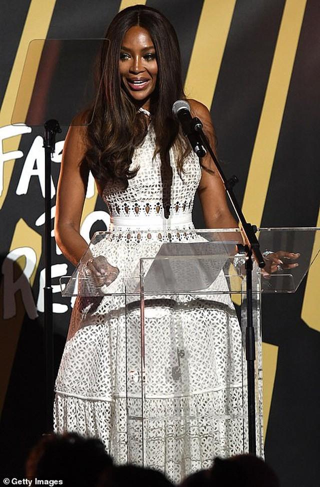 'Báo đen' huyền thoại Naomi Campbell mặc như không ở tuổi 49 gây choáng váng ảnh 10