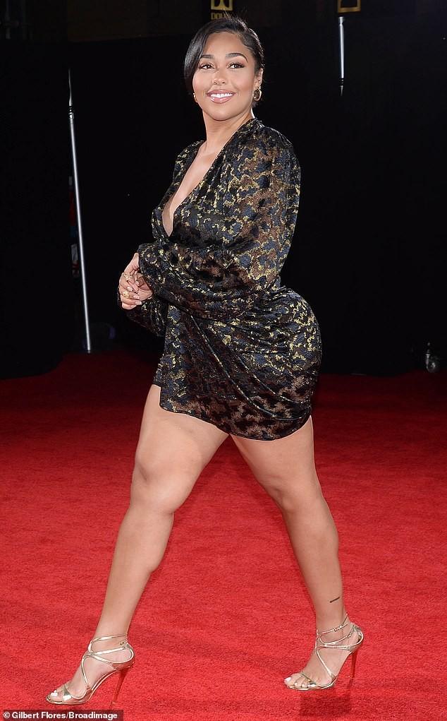 Người mẫu ngoại cỡ Jordyn Woods mặc đầm xẻ sâu khoe ngực đầy nóng bỏng ảnh 2