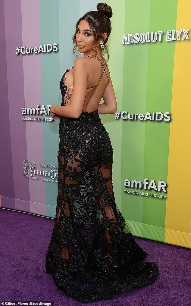 Chantel Jeffries mặc váy 2 dây xẻ sâu khoe ngực đầy siêu gợi cảm ảnh 2