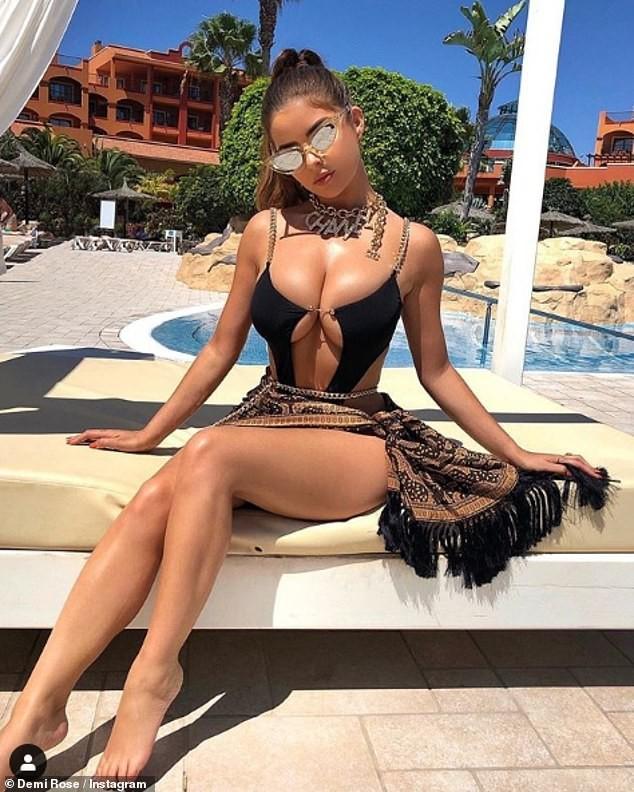 'Kim Kardashian Anh quốc' khoe dáng siêu nóng bỏng với váy lưới thủng ảnh 5
