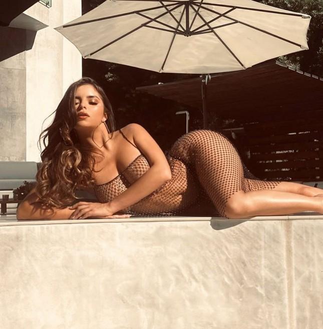 'Kim Kardashian Anh quốc' khoe dáng siêu nóng bỏng với váy lưới thủng ảnh 2