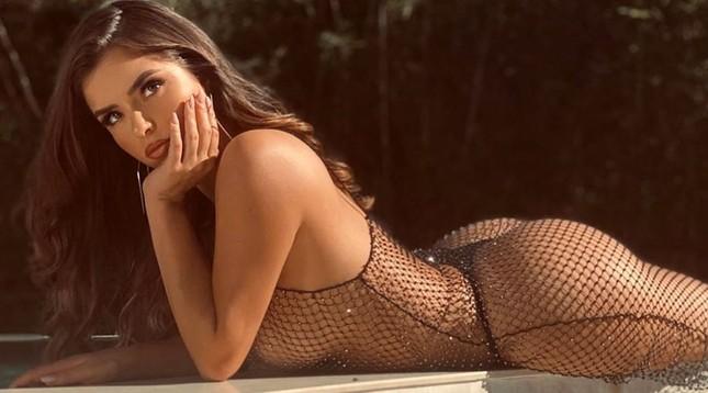 'Kim Kardashian Anh quốc' khoe dáng siêu nóng bỏng với váy lưới thủng ảnh 3