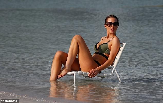Helen Flanagan khoe dáng nuột nà mê đắm với bikini ảnh 2
