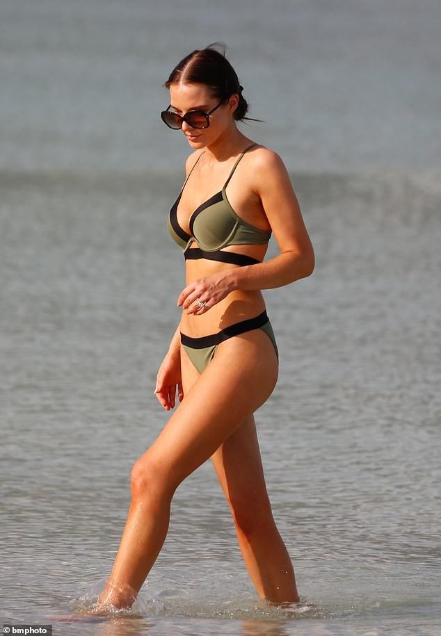 Helen Flanagan khoe dáng nuột nà mê đắm với bikini ảnh 5