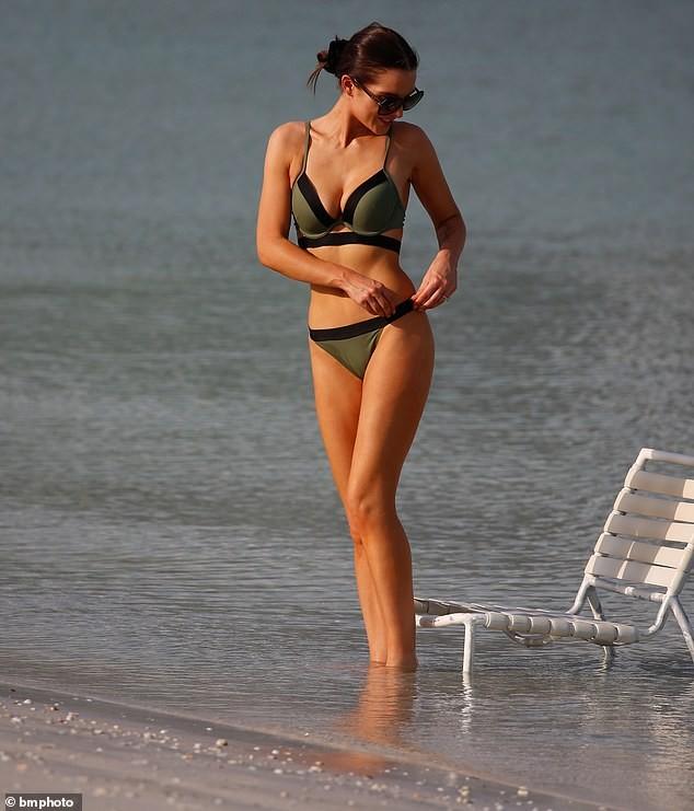Helen Flanagan khoe dáng nuột nà mê đắm với bikini ảnh 6