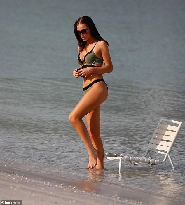 Helen Flanagan khoe dáng nuột nà mê đắm với bikini ảnh 7