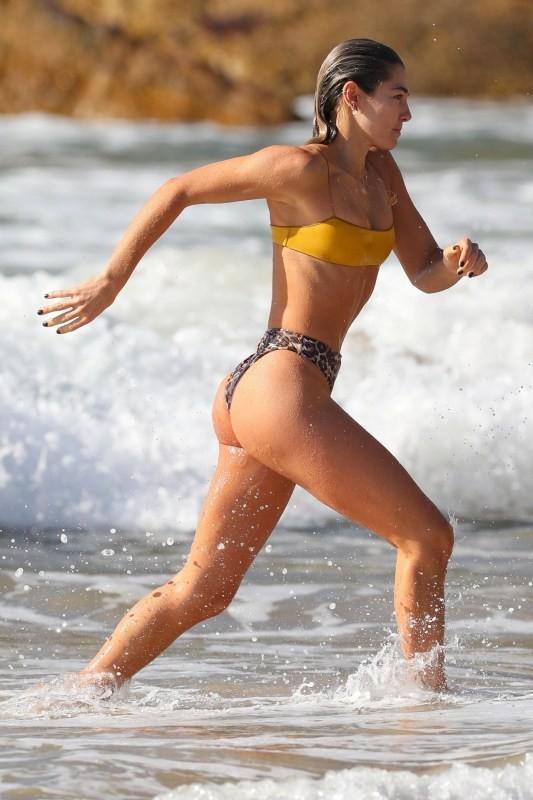 Ashley Hart phô thể hình đẹp như tạc tượng giữa biển trời nước Úc ảnh 10