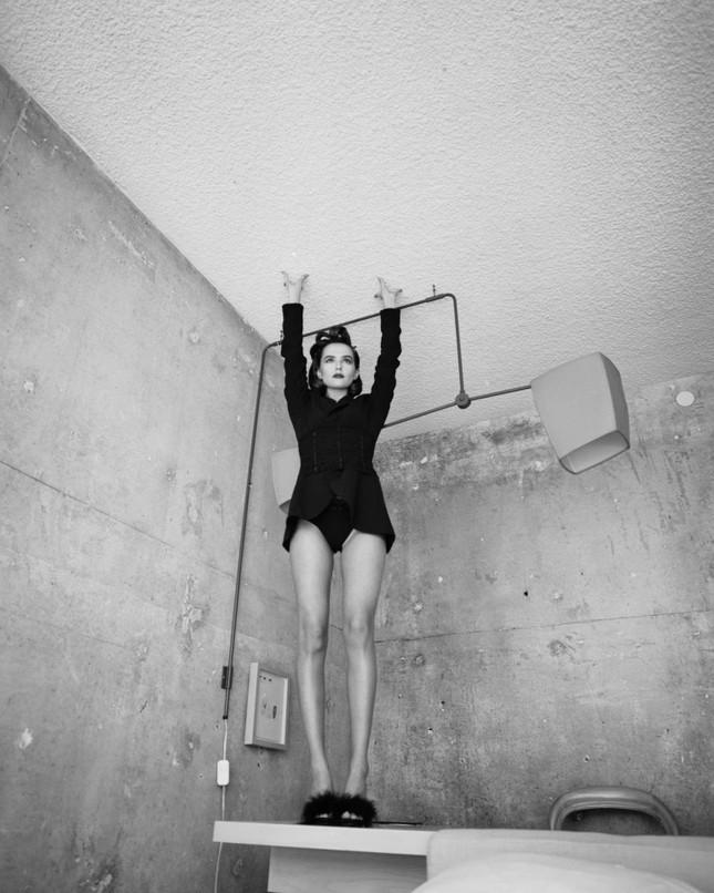 Zoey Deutch cởi đồ, bán nude tuyệt đẹp trên tạp chí ảnh 4