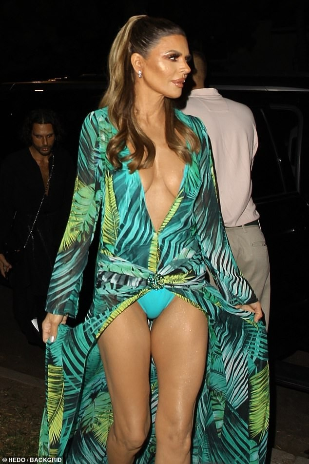 Lisa Rinna hoá thân thành Jennifer Lopez với bộ cánh không thể bạo hơn ảnh 1