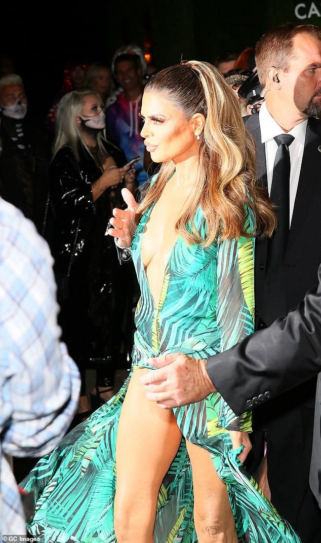 Lisa Rinna hoá thân thành Jennifer Lopez với bộ cánh không thể bạo hơn ảnh 4