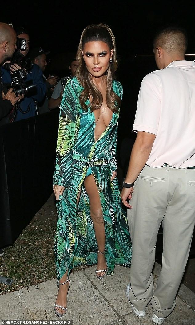 Lisa Rinna hoá thân thành Jennifer Lopez với bộ cánh không thể bạo hơn ảnh 5