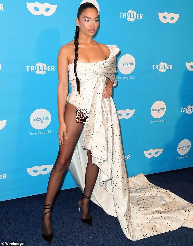 Siêu mẫu Úc Shanina Shaik mặc bodysuit bó sát hông, lộ phần nhạy cảm ảnh 1