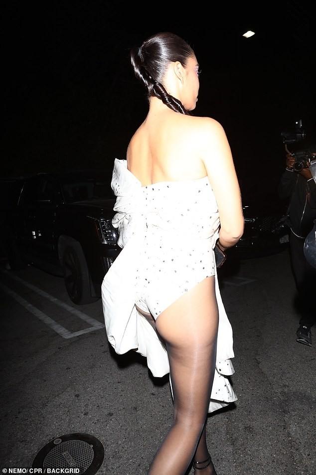 Siêu mẫu Úc Shanina Shaik mặc bodysuit bó sát hông, lộ phần nhạy cảm ảnh 3