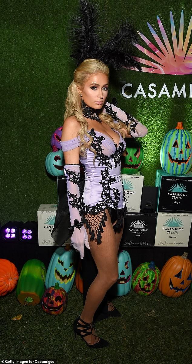 Paris Hilton khoe ngực căng tràn gợi cảm trong tiệc Halloween ảnh 1