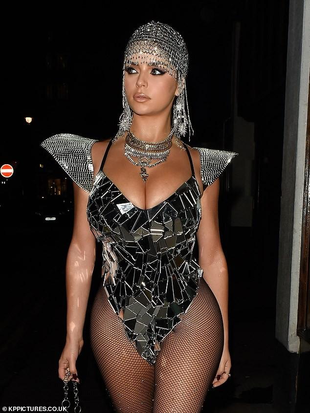 Mẫu nội y Demi Rose lại hở bạo, khoe da thịt 'nhức mắt' đi chơi Halloween ảnh 4