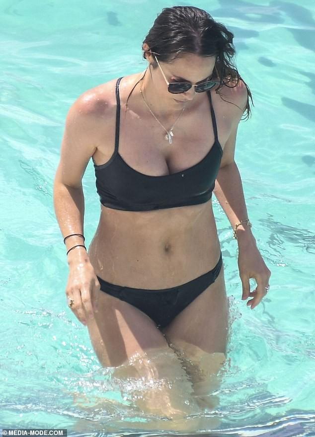 Laura Byrne dáng đẹp ngỡ ngàng với bikini sau 4 tháng sinh con ảnh 1
