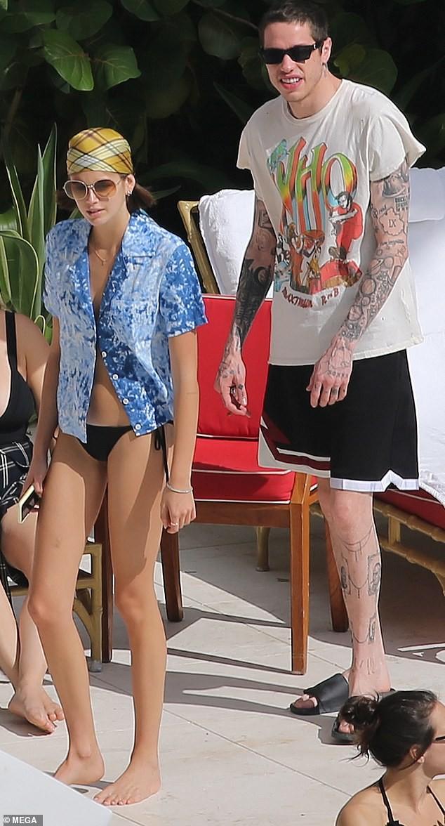 Con gái siêu mẫu của Cindy Crawford liên tục ôm hôn, tình tứ bạn trai mới ở biển ảnh 11