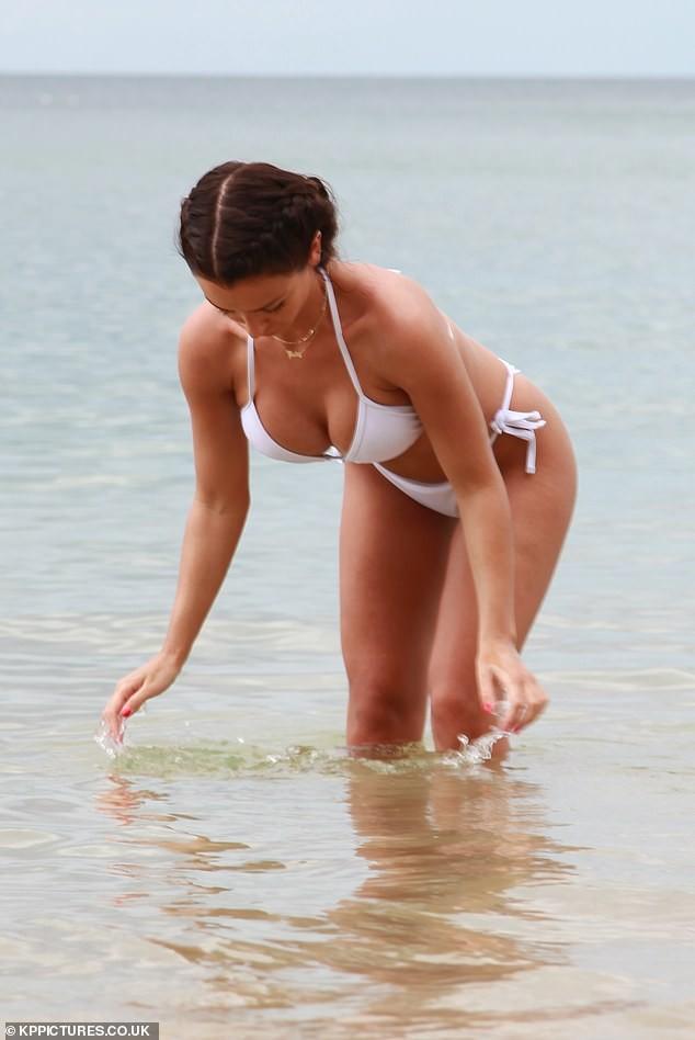 Sao truyền hình 9x mơn mởn trên biển với áo tắm ảnh 7