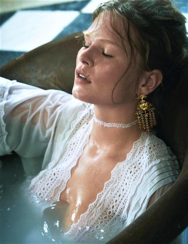 Loạt ảnh tôn ngực đầy 'bỏng mắt' của siêu mẫu Anna Ewers ảnh 10
