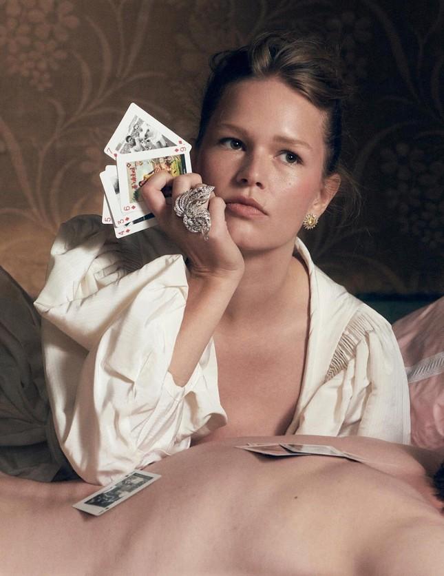 Loạt ảnh tôn ngực đầy 'bỏng mắt' của siêu mẫu Anna Ewers ảnh 3